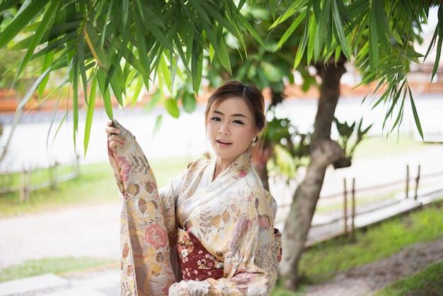 Nettes mädchen, das japanisches yukata trägt