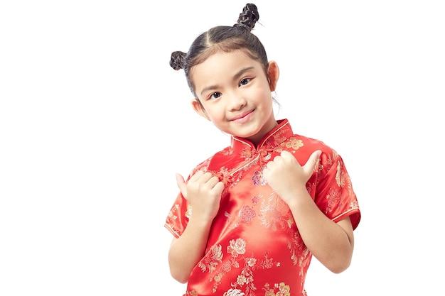 Nettes mädchen, das roten chinesischen anzug trägt
