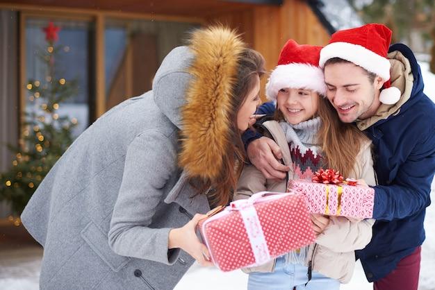 Nettes mädchen, das weihnachtsgeschenke empfängt