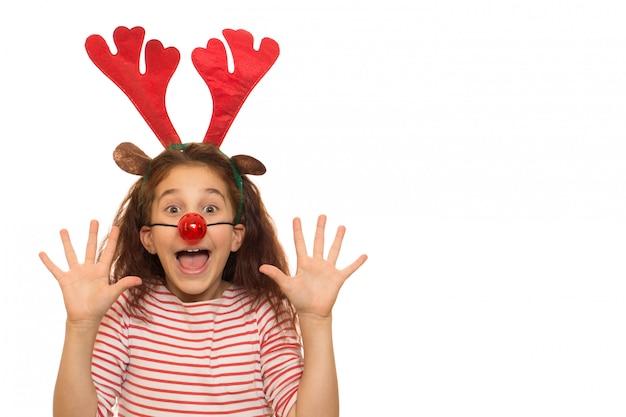 Nettes mädchen, das weihnachtsgeweihe trägt