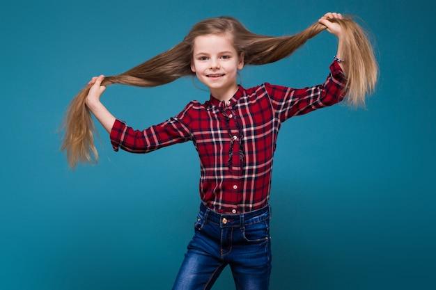 Nettes mädchen im hemd mit dem langen haar