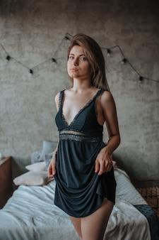 Nettes mädchen im schlafzimmer in schwarzen dessous