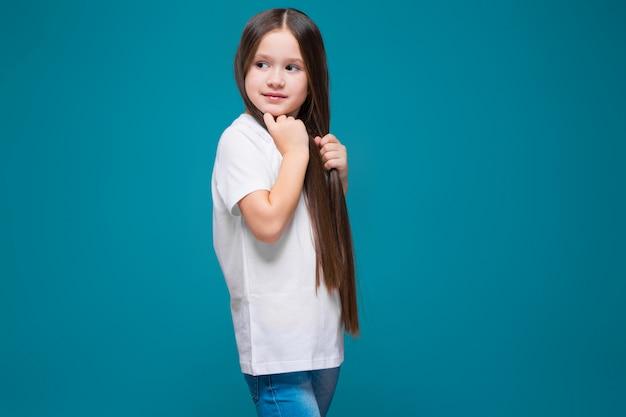 Nettes mädchen im t-shirt mit dem langen haar