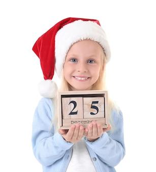 Nettes mädchen in sankt-hut mit kalender auf weißem hintergrund. weihnachts-countdown-konzept