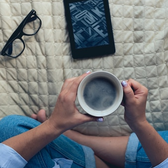 Nettes mädchen mit einer schönen maniküre, die kaffee trinkt