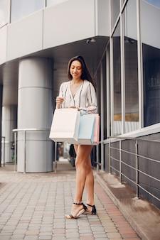 Nettes mädchen mit einkaufstasche in einer stadt