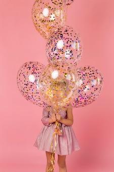 Nettes mädchen mit luftballons