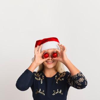Nettes mädchen mit weihnachtsdekorationen