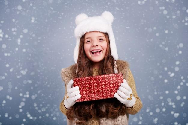 Nettes mädchen mit weihnachtsgeschenk