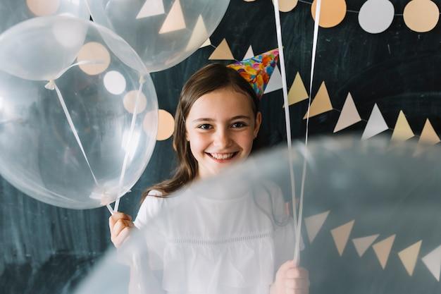 Nettes mädchen mit weißen ballonen