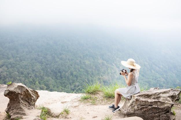 Nettes mädchen reist auf hohen berg. nationalpark khao yai, thailand.