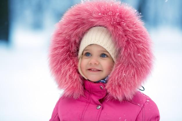 Nettes mädchen winterporträt