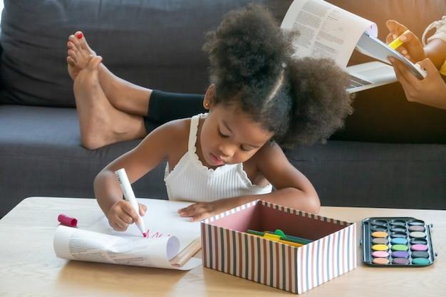 Nettes mischlingsmädchen, das spaß zu hause hat kinderunschuldskonzept