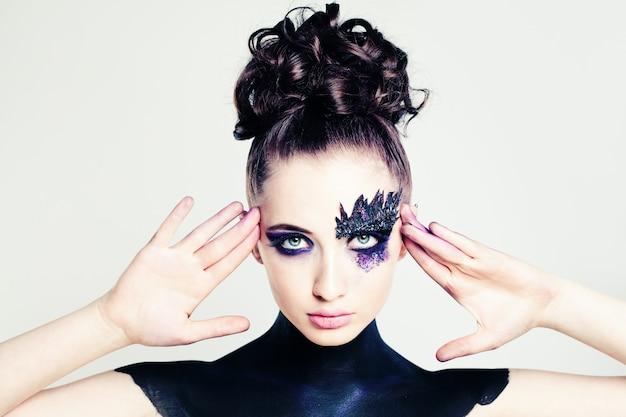 Nettes modemädchen mit kreativer frisur und make-up