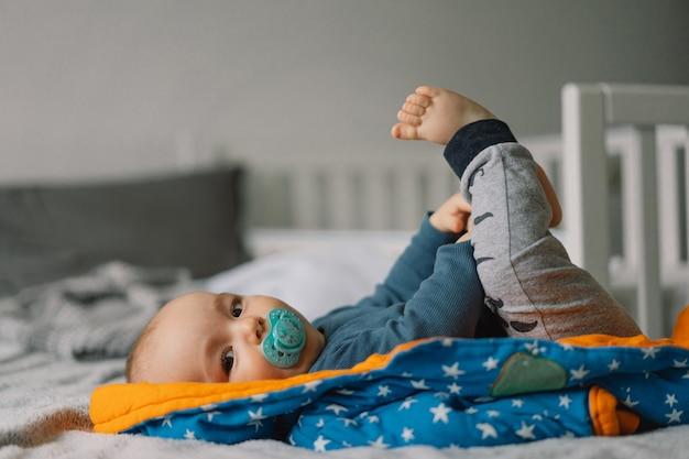 Nettes neugeborenes baby. glückliches baby. nahaufnahmeporträt des neugeborenen babys. säuglingsbaby.