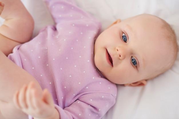 Nettes neugeborenes, das auf dem bett liegend ist