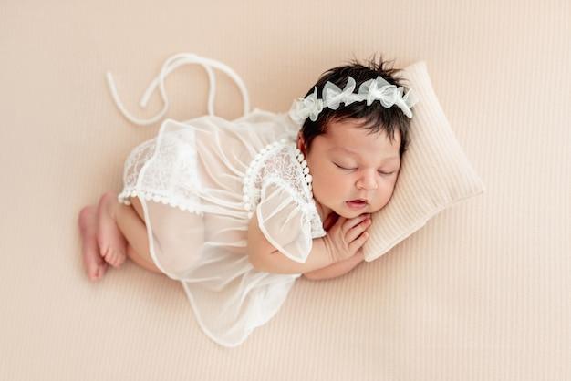 Nettes neugeborenes, das auf seite schläft
