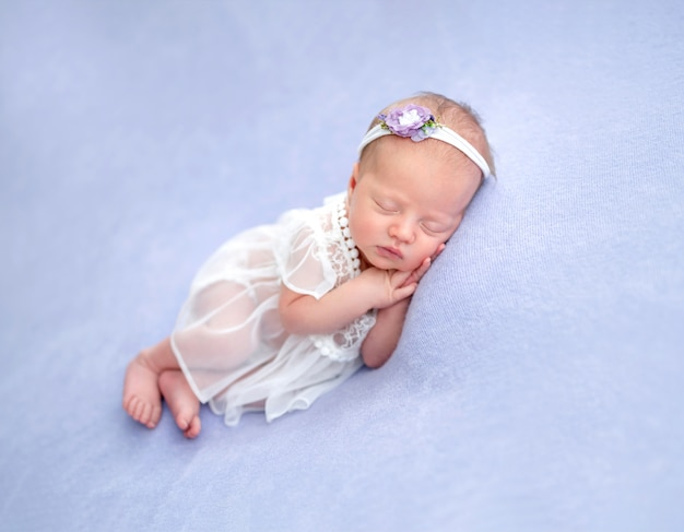 Nettes neugeborenes im spitzenkleid