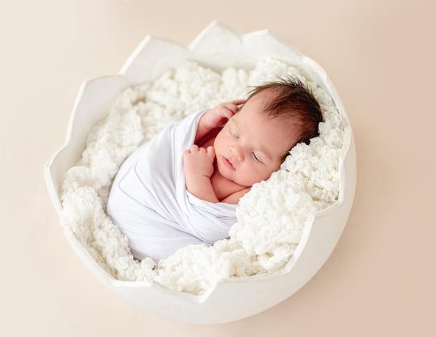 Nettes neugeborenes in der eierwiege