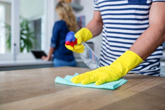 Nettes paar, das die küche aufräumt