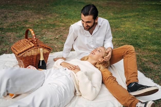 Nettes paar, das ein picknick zusammen hat