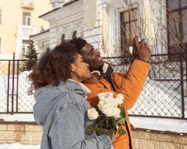 Nettes paar, das mittleren selfie-schuss nimmt