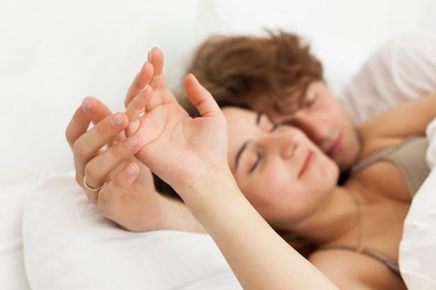 Nettes paar, das nahaufnahme zusammen schläft