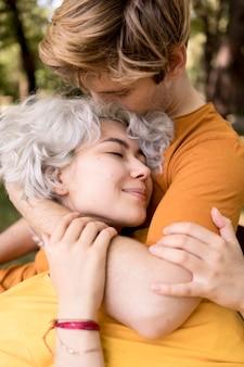 Nettes paar, das romantisch ist, während draußen im park