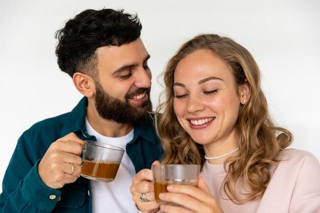 Nettes paar, das zu hause zusammen tee macht