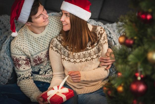 Nettes paar eröffnung weihnachtsgeschenk