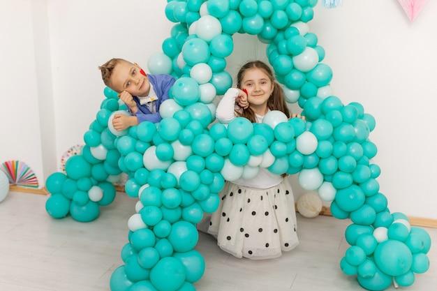 Nettes paar kinder mit luftballons. valentinstag und liebeskonzept, studioaufnahme
