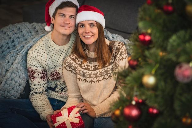 Nettes paar mit weihnachtsgeschenk
