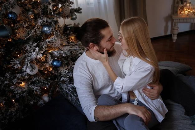 Nettes paar nahe dem weihnachtsbaum