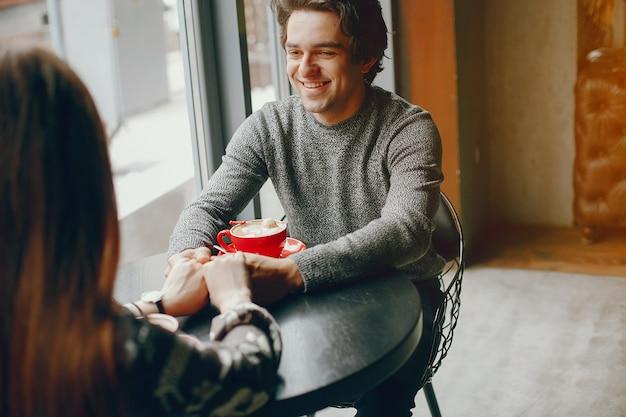 Nettes paar verbringen zeit in einem café