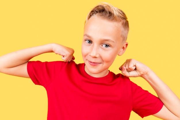 Nettes porträt des kleinen jungen auf gelbem hintergrund