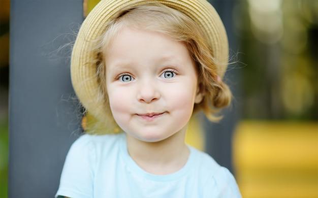 Nettes porträt des kleinkindmädchens draußen am sommertag