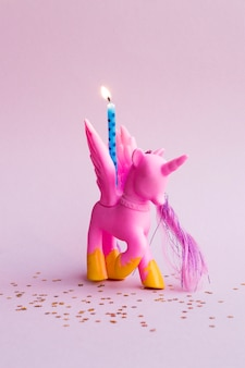 Nettes rosa pony mit geburtstagskerze