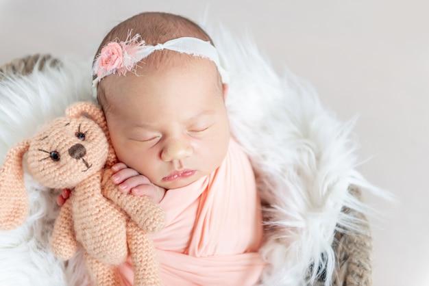 Nettes schläfriges neugeborenes baby
