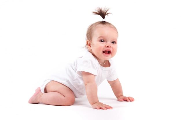 Nettes schönes baby in den weißen hemdlügen