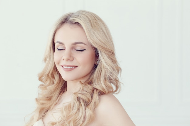 Nettes schönes blondes frauenporträt, augen geschlossen