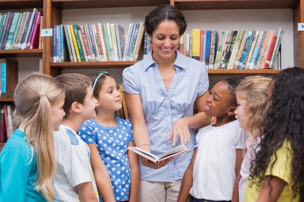 Nettes schüler- und lehrerlesebuch in der bibliothek