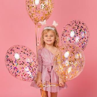 Nettes smiley-mädchen mit luftballons