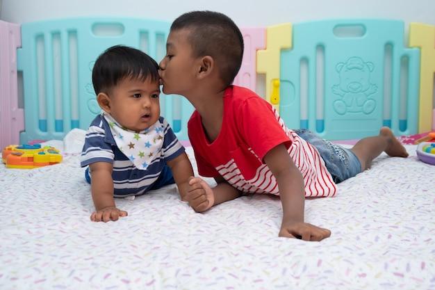 Nettes spiel mit zwei kleinen jungen im raum