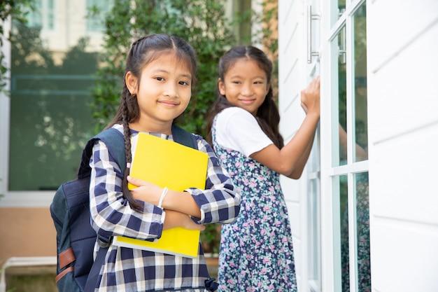 Nettes studentenmädchen glücklich, zur schule, zurück zu schulkonzept zu gehen