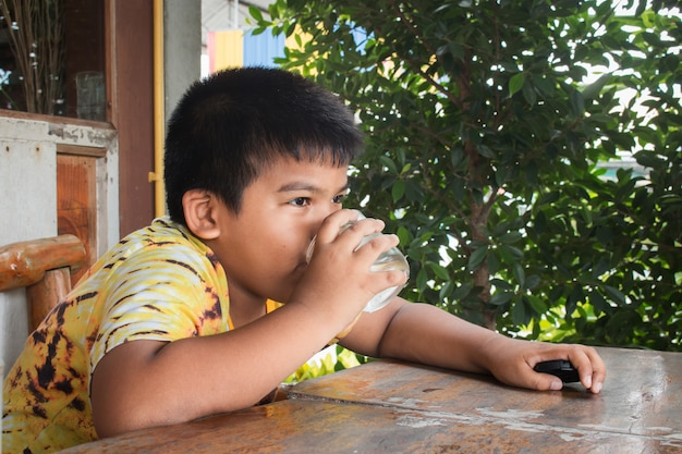 Nettes trinkwasser des kleinen jungen im park