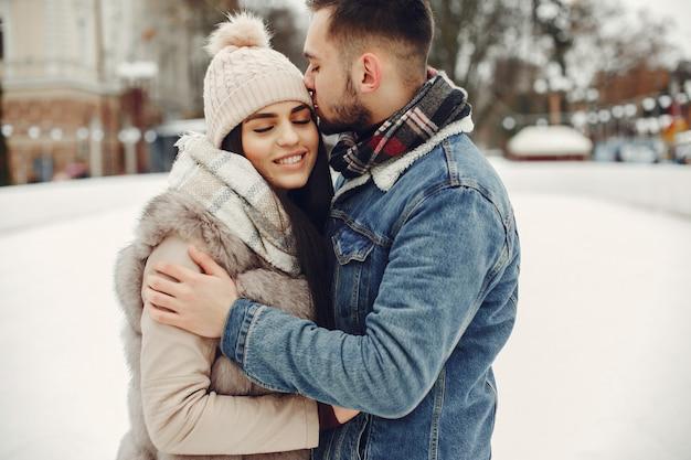 Nettes und liebevolles paar in einer winterstadt