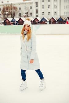 Nettes und schönes mädchen in einer winterstadt