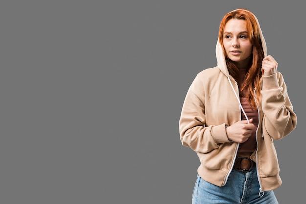 Nettes weibliches modell mit kopienraum