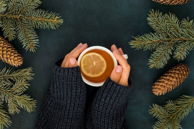 Nettes winterkonzept mit frau, die tasse tee hält