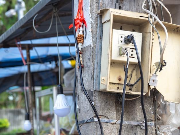 Netzstecker sind einfach. und ohne rücksicht auf die sicherheit. ursache für elektrisches leck und feuer.